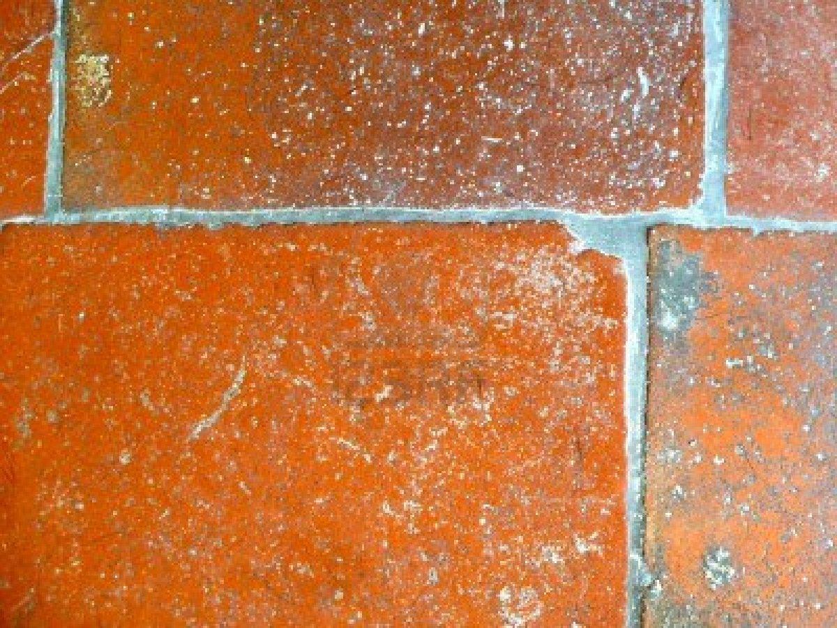 12203299 primo piano di vecchie piastrelle consumate in terracotta